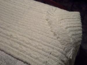 jeté à trois bandes tricotiner au point de côtes avec torsades, assembler et franges ajouter